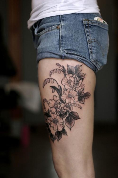 Hình xăm hoa đen đẹp ở đùi