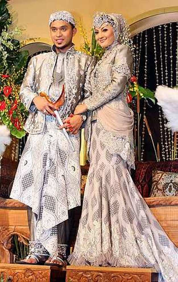 baju kebaya pengantin muslim dengan desain modern terlihat sopan dan