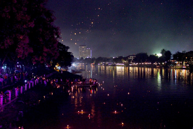Mille lumini nel fiume e lanterne nel cielo di Chiang Mai - foto di Elisa Chisana Hoshi