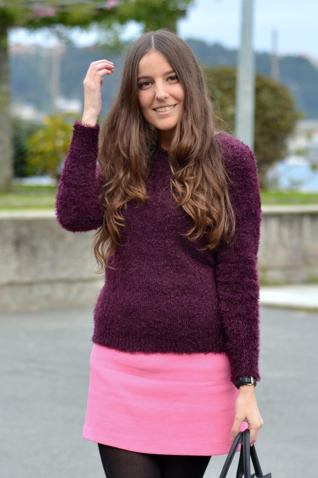 Falda rosa y jersey morado