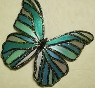 http://un-mundo-manualidades.blogspot.com.es/2013/12/hermosa-mariposa-hecha-con-botella-de.html