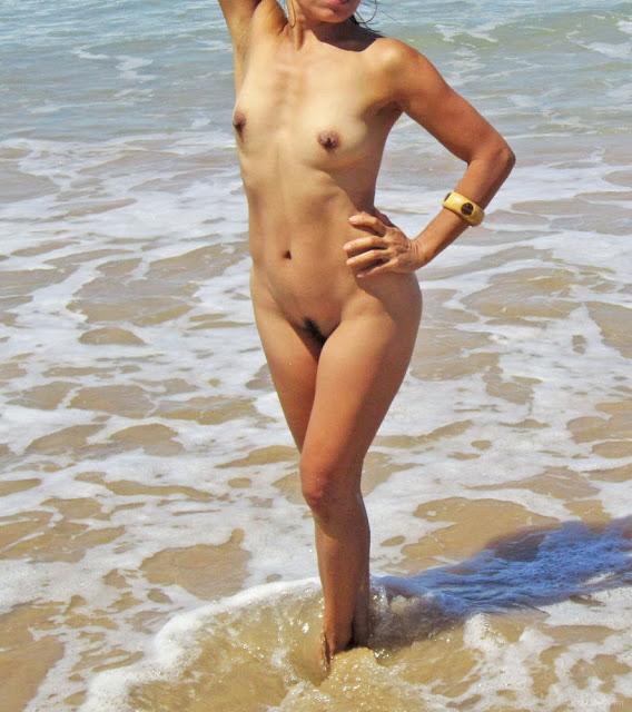 FotosNua.Com flagra sabrina sato pelada na praia sem calcinha mostrando a xoxota