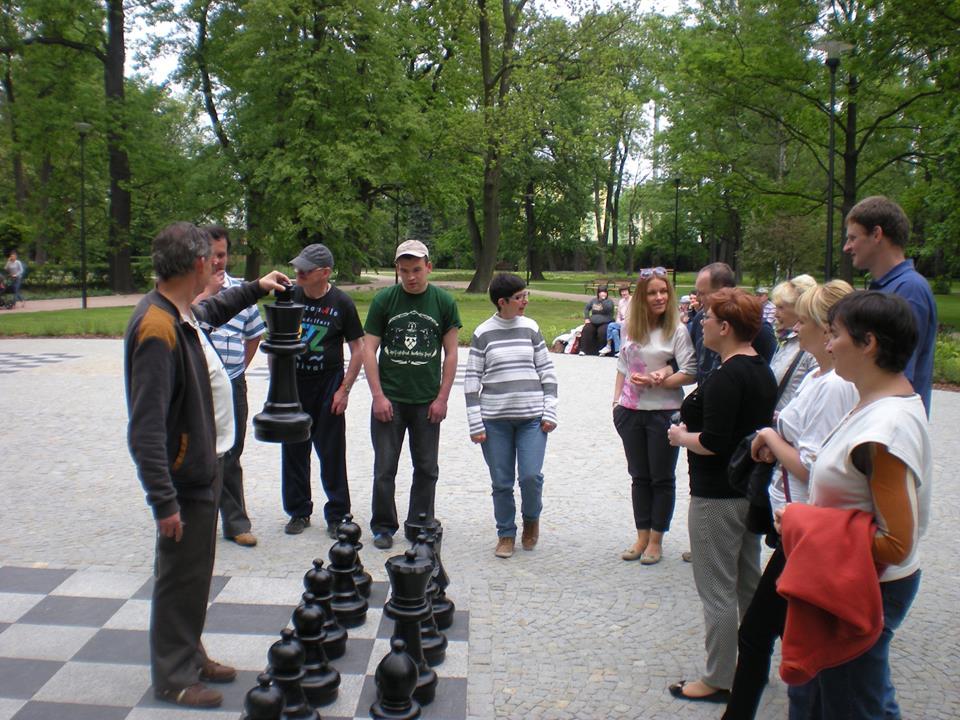 Szachy parkowe w Pabianicach - zapraszam. Kontakt: 505 831 675; dlugosz@vp.pl (kliknij zdjęcie)