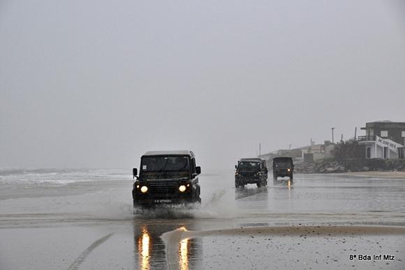 Veículos do exercito no trecho entre a Barra do Chui e Cassino