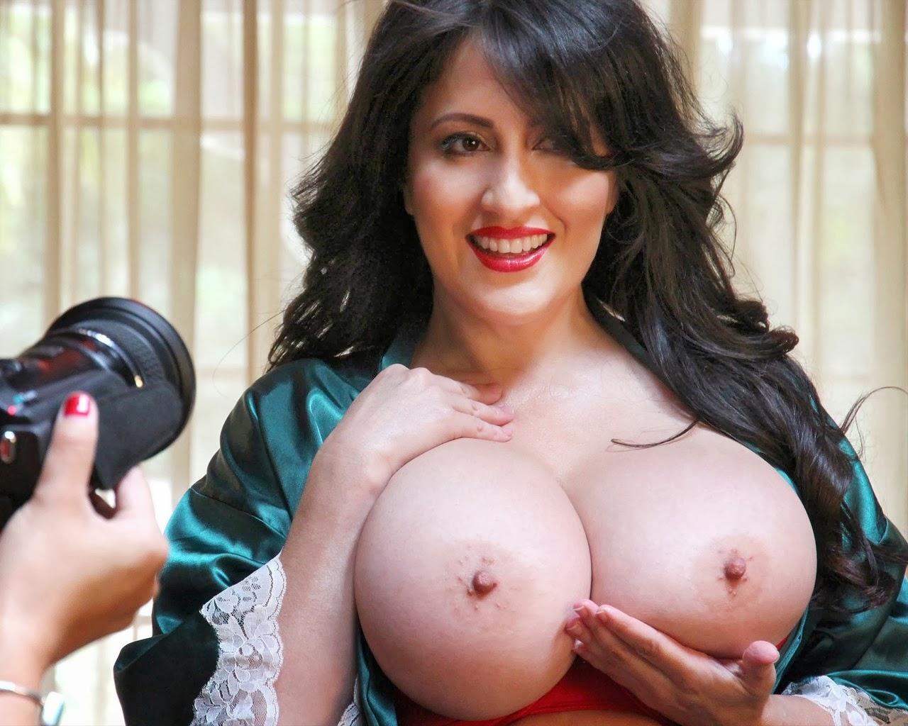 Фото вывалила сиськи из лифчика, Сиськи наружу Фото голых девушек 2 фотография
