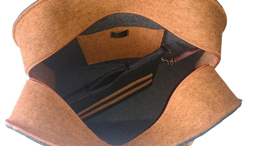 Kuferek, który mamy do zaoferowania Wam wykonany jest z 4mm impregnowanego sztywnego filcu w kolorze pomarańczowy melanż i szary melanż. Jest bardzo głęboki i pojemny, świetnie nadaje się na weekendowe wyjazdy jak również na fitness ;) W środku posiada kieszonkę na telefon i kosmetyczkę na drobiazgi. Dno kuferka jest podszyte skajem, co ma za zadanie chronić je przed zamoczeniem i zabrudzeniem.      WYMIARY:    szerokość - 32cm wysokość - 44cm głębokość - 17cm wysokość z rączkami - 53cm