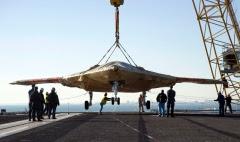 Pesawat Drone X-47B baru dimuat pada kapal induk AS untuk pengujian