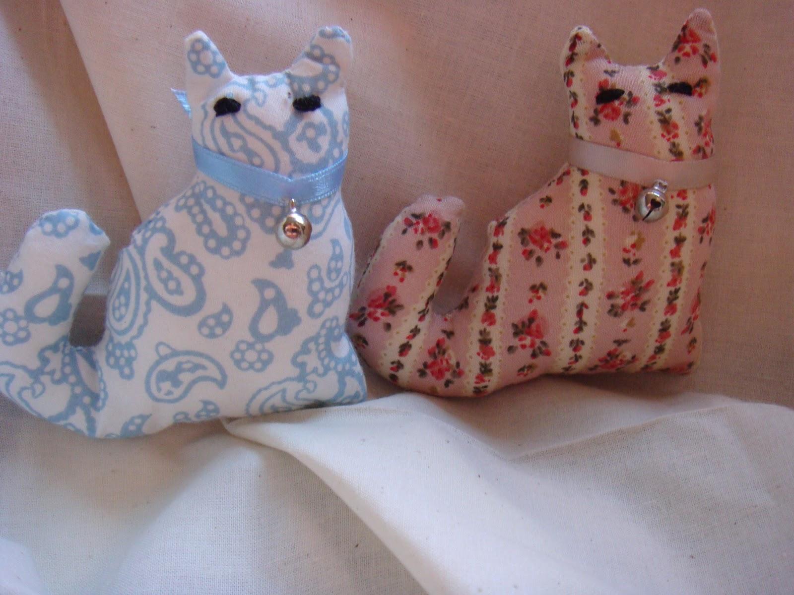 liliana lunares muñeco blandito broche de gatito y baberos para
