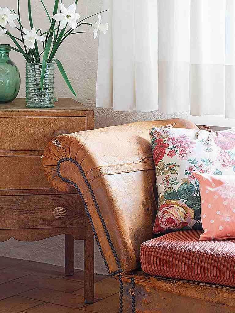 Stylowe detale w salonie, stylowe meble w salonie rustykalnym