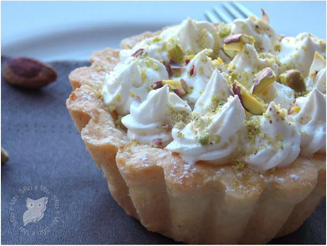 tartellette con crema di mandorle, ciuffetti di panna e pistacchi di bronte (senza latticini)