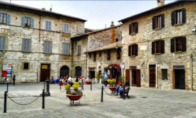 File:Piazza Bosone Gubbio.jpg
