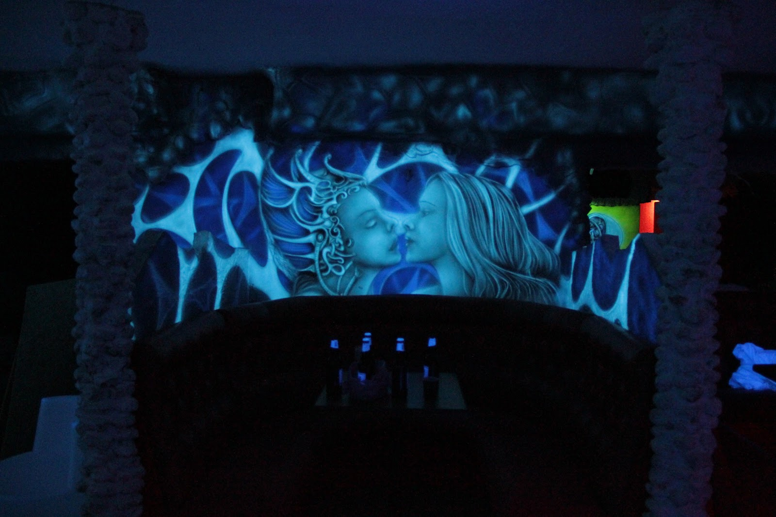 Artystyczne malowanie ścian w klubie Arctica w Płocku, Malowidło ścienne w klubie efekt luminescencji, black light murals