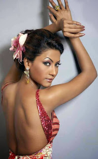 Kamapisachi Gauhar Khan showing her back