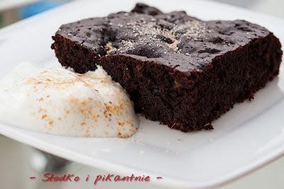 Brownie podane z jogurtem oraz cukrem i cynamonem
