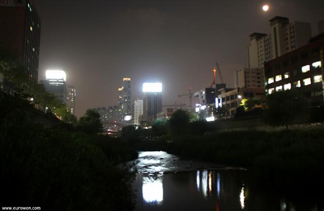 Luna llena sobre el arroyo Cheonggyecheon de Seúl