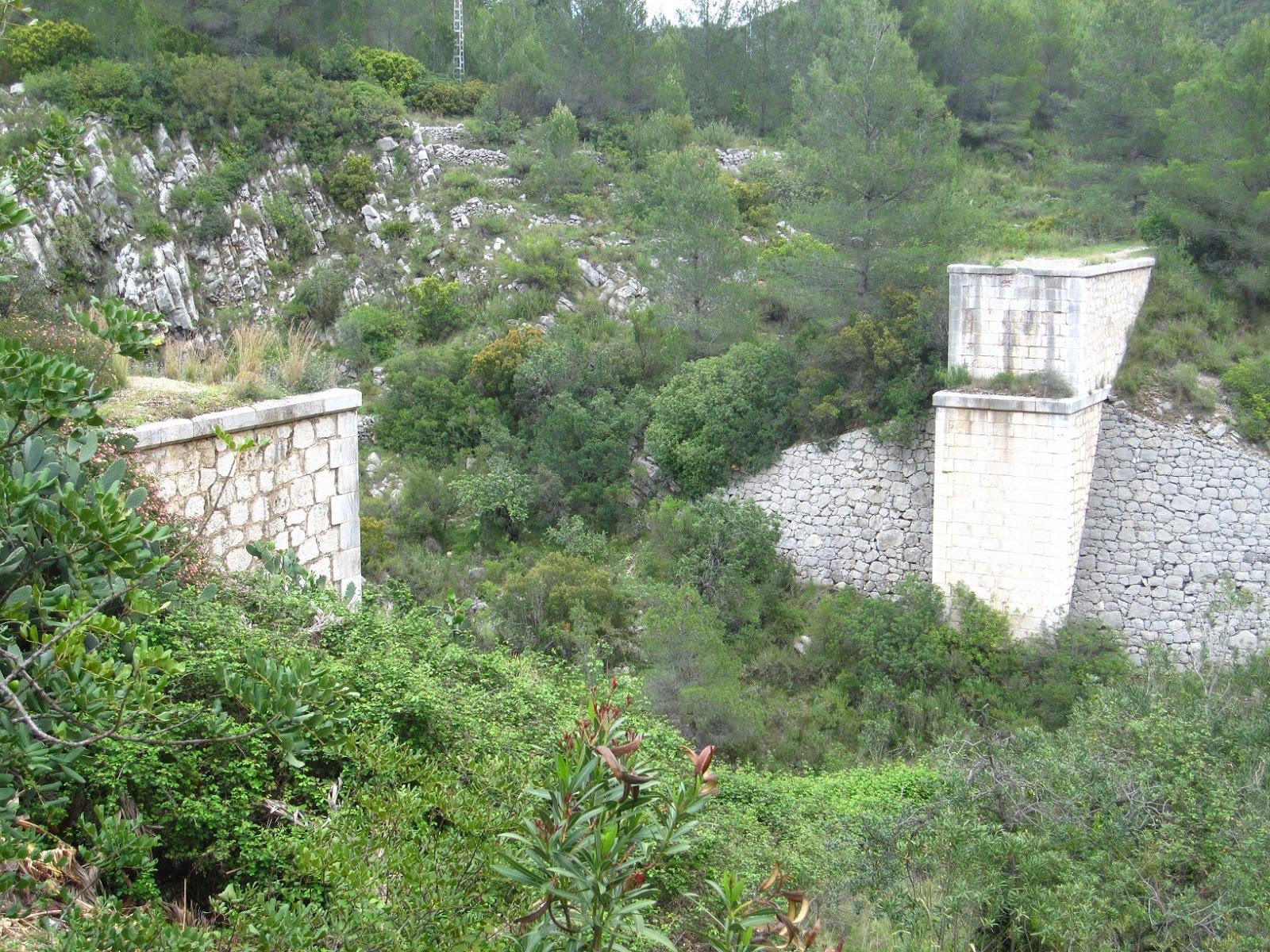 Restes del pont a l'inici del Racó del Duc des de Vilallonga