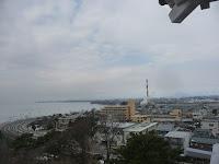 煙突の右に竹生島が見える