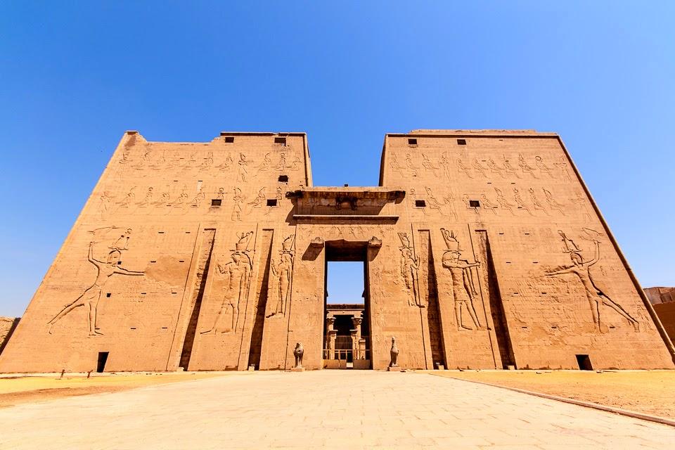 a Hórusz-templom pülónja Edfuban