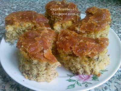 Rumos félhold sütemény ( Bözsike-féle ), kevert tésztás, diós, rumos, étcsokoládés sütemény, rumaromás mázzal.