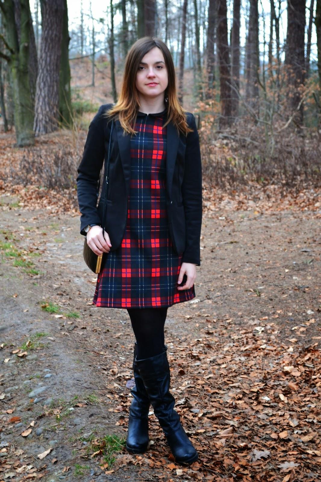 sukienka w kratkę, czerwona sukienka, sukienka z kołnierzykiem, elegancka stylizacja