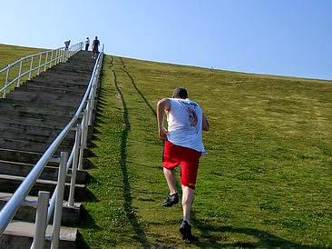 Correr cuesta arriba rápido mejora la musculación