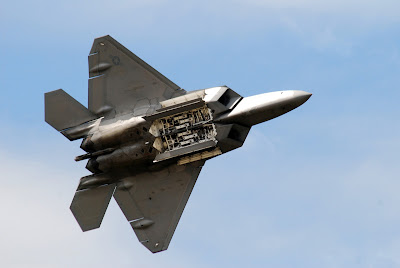 http://1.bp.blogspot.com/-QSDh1w83xzM/UZMAxf9zrdI/AAAAAAAACUQ/F-eFeoAmLlw/s400/F-22_Raptor_shows_its_weapon_bay.jpg