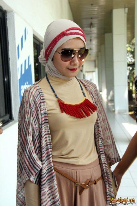 Gaya Hijab Ala Zaskia Sungkar Inspirasi Busana Lebaran