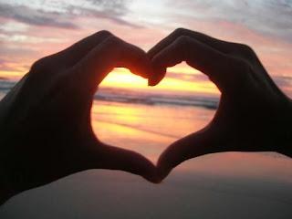 A la escuela del amor de la mano me llevaste, y a la primera clase el corazón me robaste.