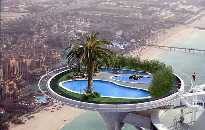 Kolam renang di atas hotel
