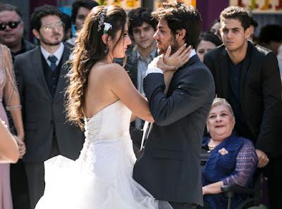 Jade (AnaJu Dorigon) e Cobra (Felipe Simas) se casam Crédito: Globo/Raphael Dias