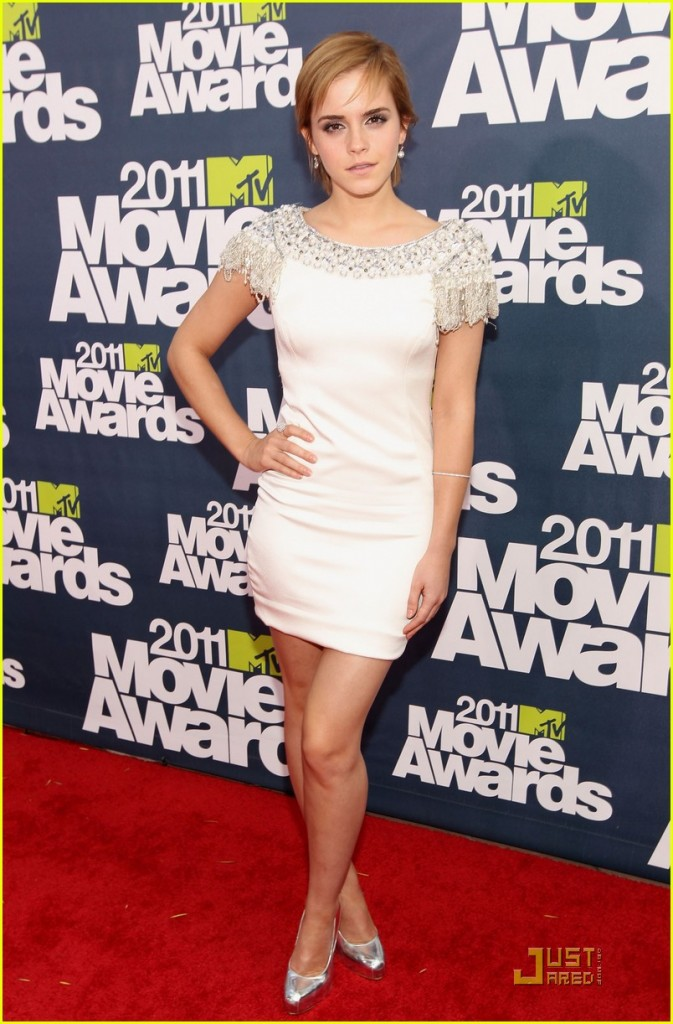 emma watson 2011 mtv awards. Emma Watson walks on 2011 MTV