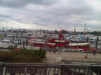 Das alte Feuerschiff im Hafen bei den Landungsbrücken
