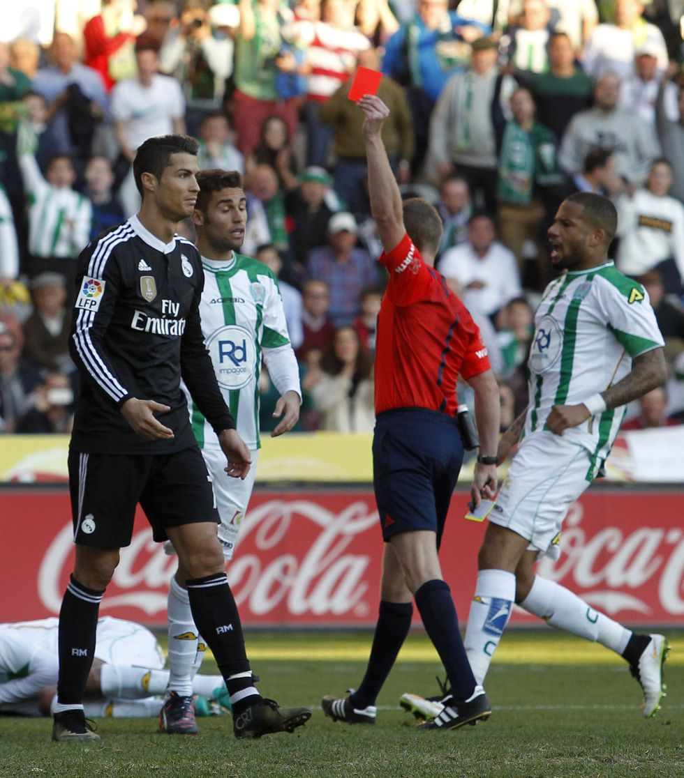 Cristiano Ronaldo, del Real Madrid, limpiandose el escudo de Campeon del Mundo tras ser expulsado en un partido de la liga española | Ximinia