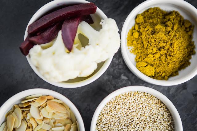 Quinoa Curry Zutaten in kleinen Schalen