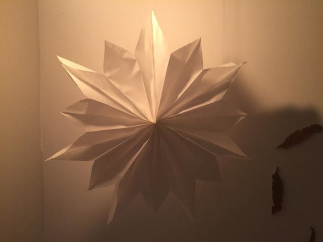 Einfacher DIY Weihnachtsstern aus Papiertüten