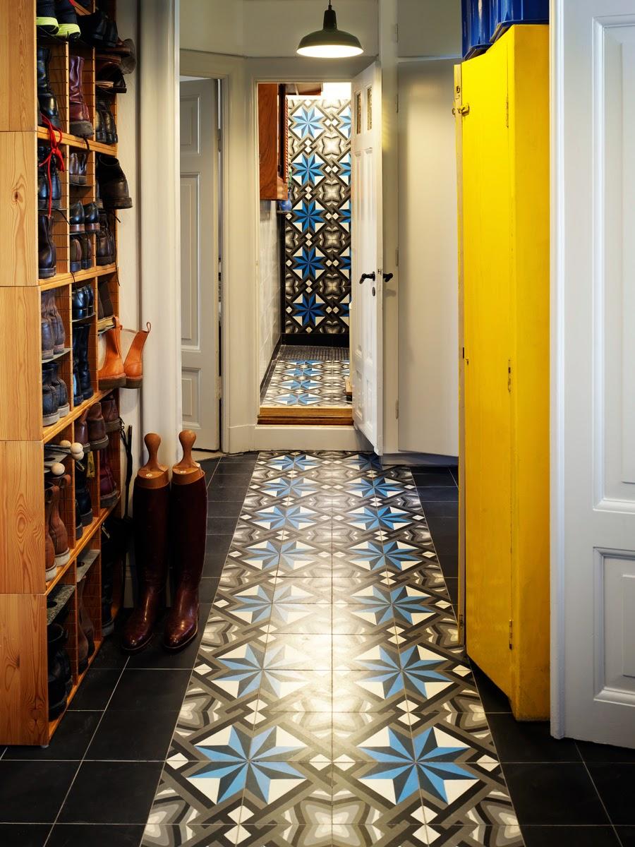 Un apartamento en estocolmo con mucho color etxekodeco - Cuanto gana un disenador de interiores ...