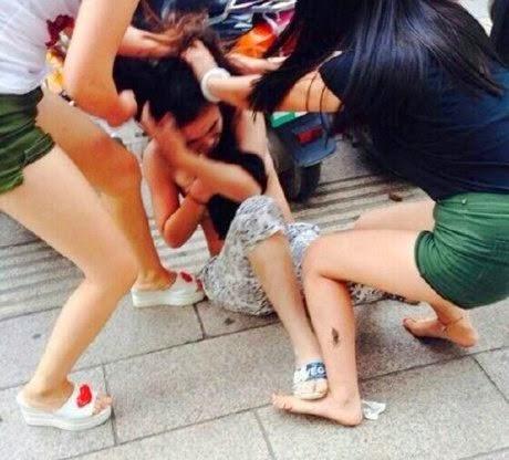 Imagens chocantes mostram jovem nua sendo espancada por mulher traída e grupo de amigas