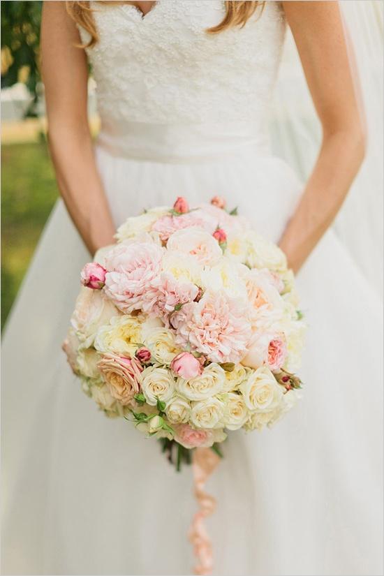 ... Bouquet_de_mariée : bouquet de fleurs et robe de mariée Banque d