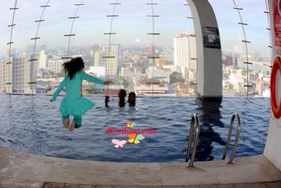 Jakuzzi,kolam renang hotel aston makassar