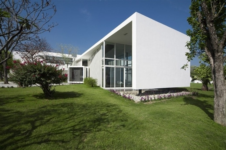 White concrete facade on Beautiful white house by 7xa Taller de Arquitectura