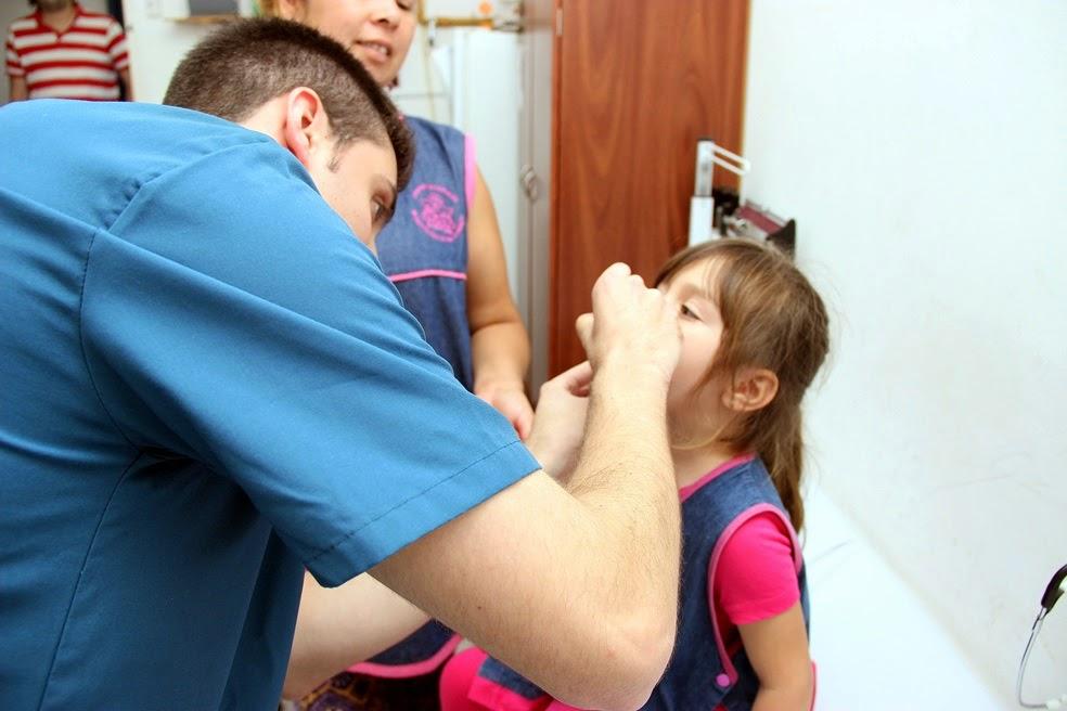 Colocan vacunas y realizan chequeos a los chicos de cara al inicio de las clases