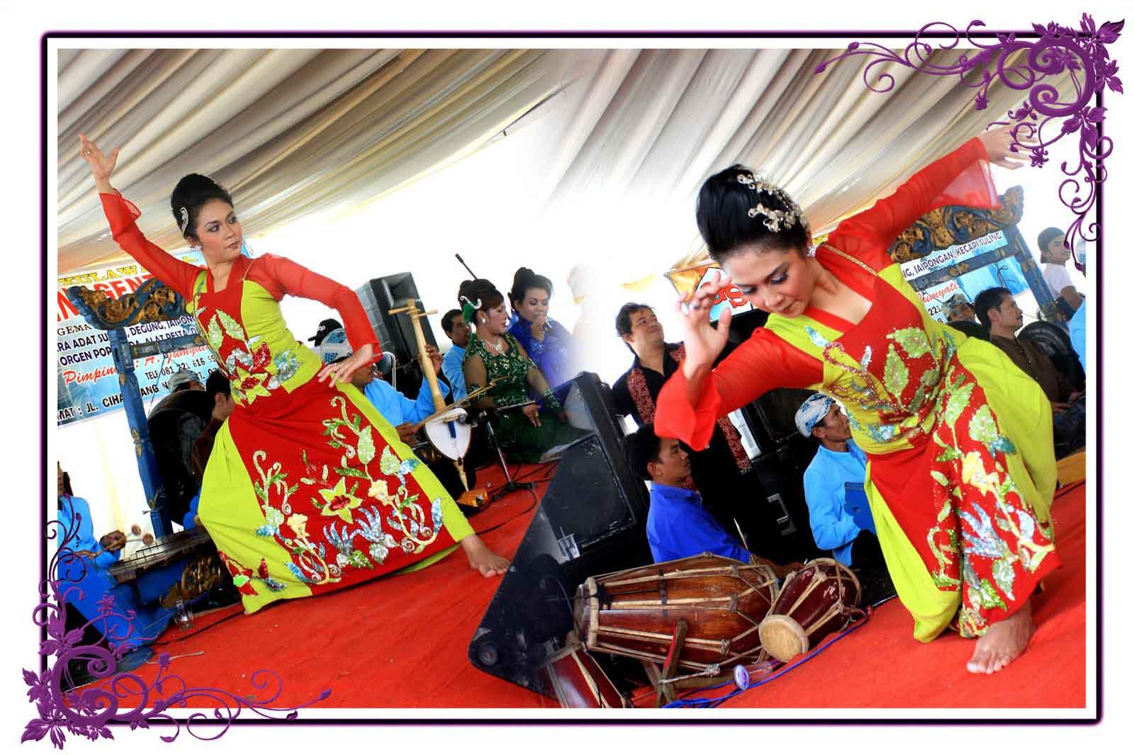 ... adalah Jenis Kesenian atau tarian di Jawa Barat Yakni Tari Jaipong