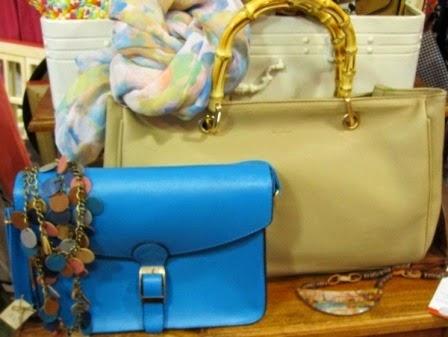 Bolso azul satchel y beige con asa caña