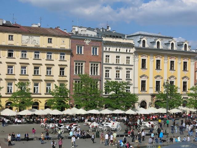 Movimento enorme de turistas pelas ruas da Cracóvia.
