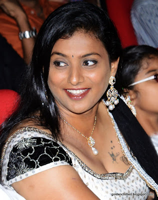 Hot roja cleavage show