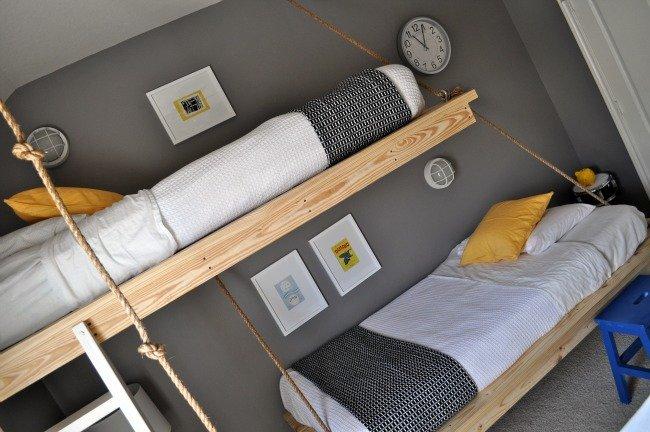 para acceder a las camas altas se han puesto unas escaleras blancas que contrastan con la madera vista de las estructuras de las camas pero que a m me