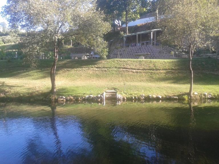 Churrasqueira e parque de merendas do outro lado do rio