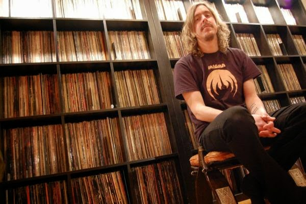 Mikael con camiseta de Magma y su impresionante colección