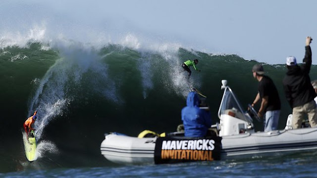 Nathan Fletcher (naranja) y Rusty Long (verde) pillando una ola en Mavericks. Fuente: AP