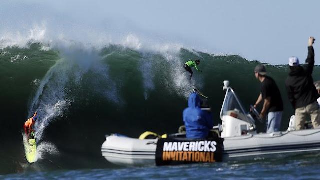Nathan Fletcher (naranja) y Rusty Long (verde) pillando una ola en Mavericks. Fuente: AP